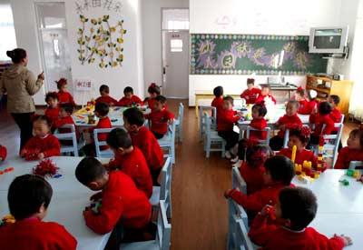 同心县第二幼儿园的小朋友在新教室里上课
