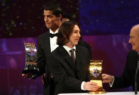 足球先生颁奖贝利摆乌龙 c罗梅西台上交换奖杯