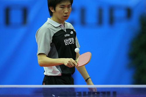 图文 男乒世界杯半决赛 柳承敏思考如何发球
