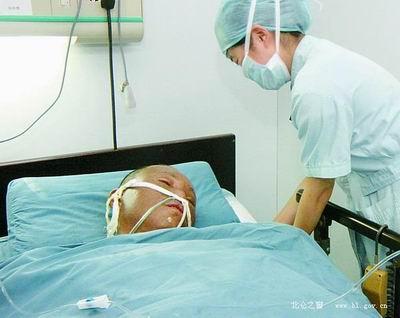 徐义胜在市第二医院烧伤中心隔离病房抢救