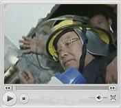 震后4小时抵四川<br>总理爬断墙向被困群众喊话