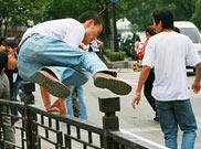 """苏州闹市上演""""疯狂跨栏"""""""