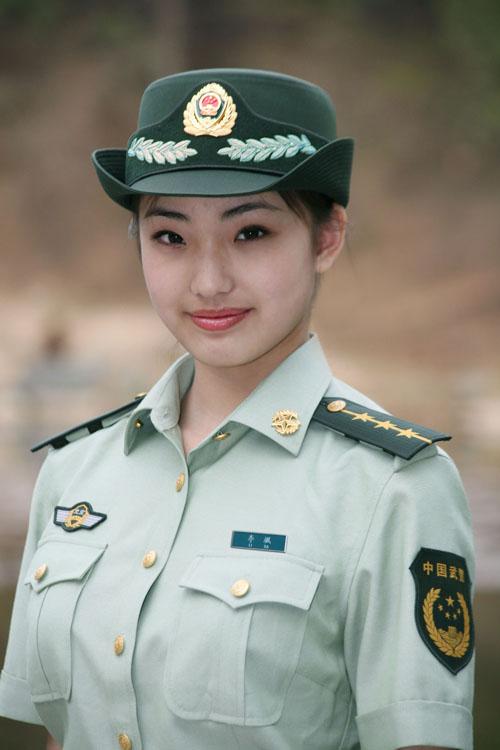 这是武警07式女警官夏常服. 新华社发(刘胜摄)-武警部队8月起全面图片