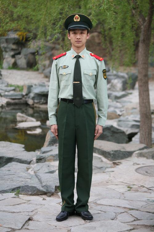 这是武警07式士兵长袖夏常服. 新华社发(刘胜摄)-武警部队8月起全图片