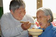 谢延信喂老岳母吃饭