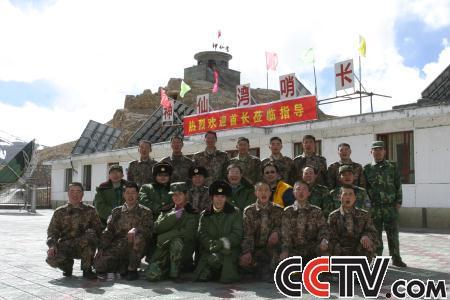 摄制组在哨所最高视频神仙湾和战士们合影卷反向全军腹图片
