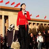 女记者登高报道人大会议