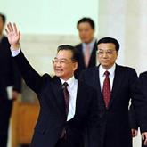 温家宝总理向记者挥手致意
