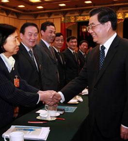 <strong>胡锦涛看望出席政协十一届一次会议的委员们</strong>