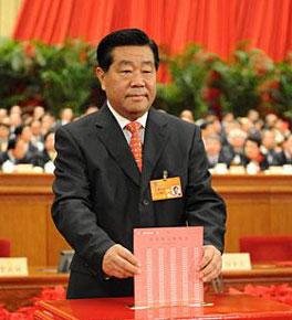 <strong><center>主席团会议主持人贾庆林在投票</center></strong>
