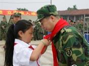 杨利伟与灾区孩子共迎儿童节