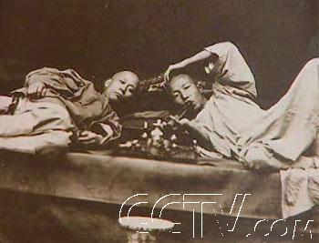 视频截图资料:吸鸦片的清朝民众