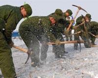 济南军区官兵维和归来再赴豫南雪灾区抗灾