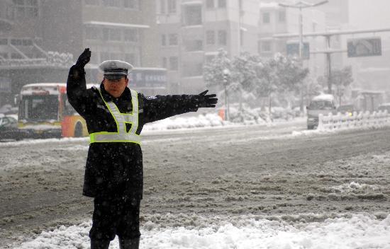 交警 路口冒雪指挥交通