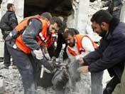 救援人员抢救伤员
