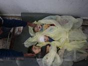 丧生的儿童的尸体被放在担架上