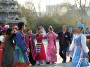 委员们跳起民族舞蹈