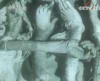 囚犯被铐特制脚镣 饥饿啃噬牢木