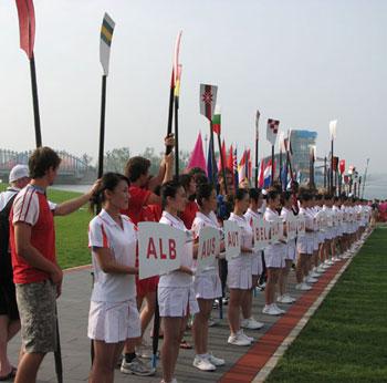 """东道主中华人民共和国国歌奏响,国旗升起后,""""好运北京""""赛艇,皮"""