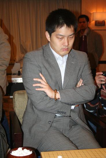 ...杯世界围棋公开赛决赛昨天在上海落子.在三番棋决赛首局的