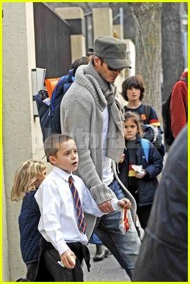 父子情深 小贝和长子于就读学校手拉手