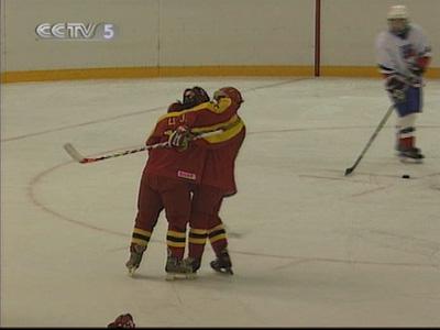 中国u18冰球队在以6:3战胜冰岛队后